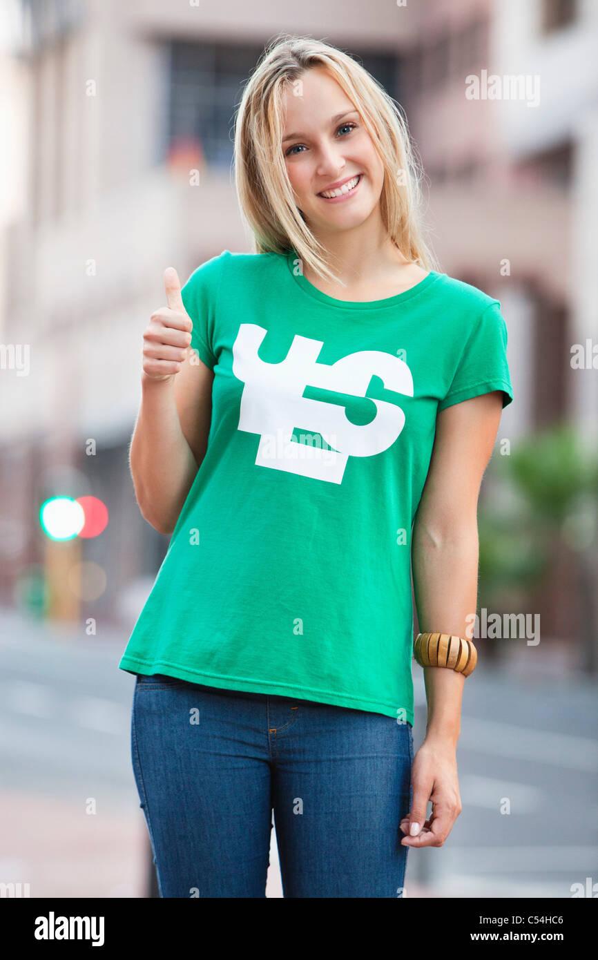 Retrato de mujer hermosa mostrando Thumbs up sign Imagen De Stock