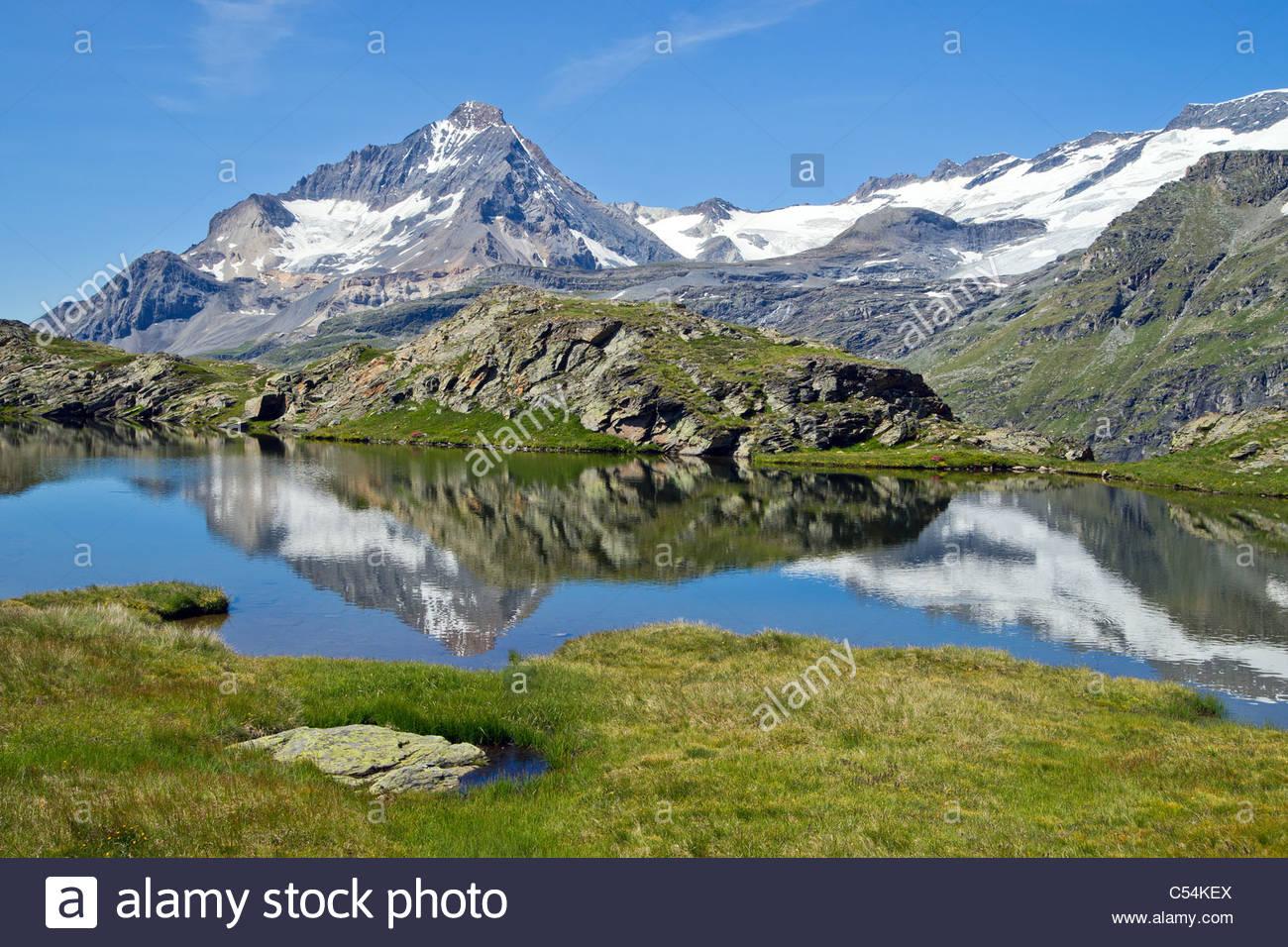 Reflexiones de la Dent Parrachée en lago alpino de Vanoise cordillera - Maurienne - Saboya (Francia) Imagen De Stock