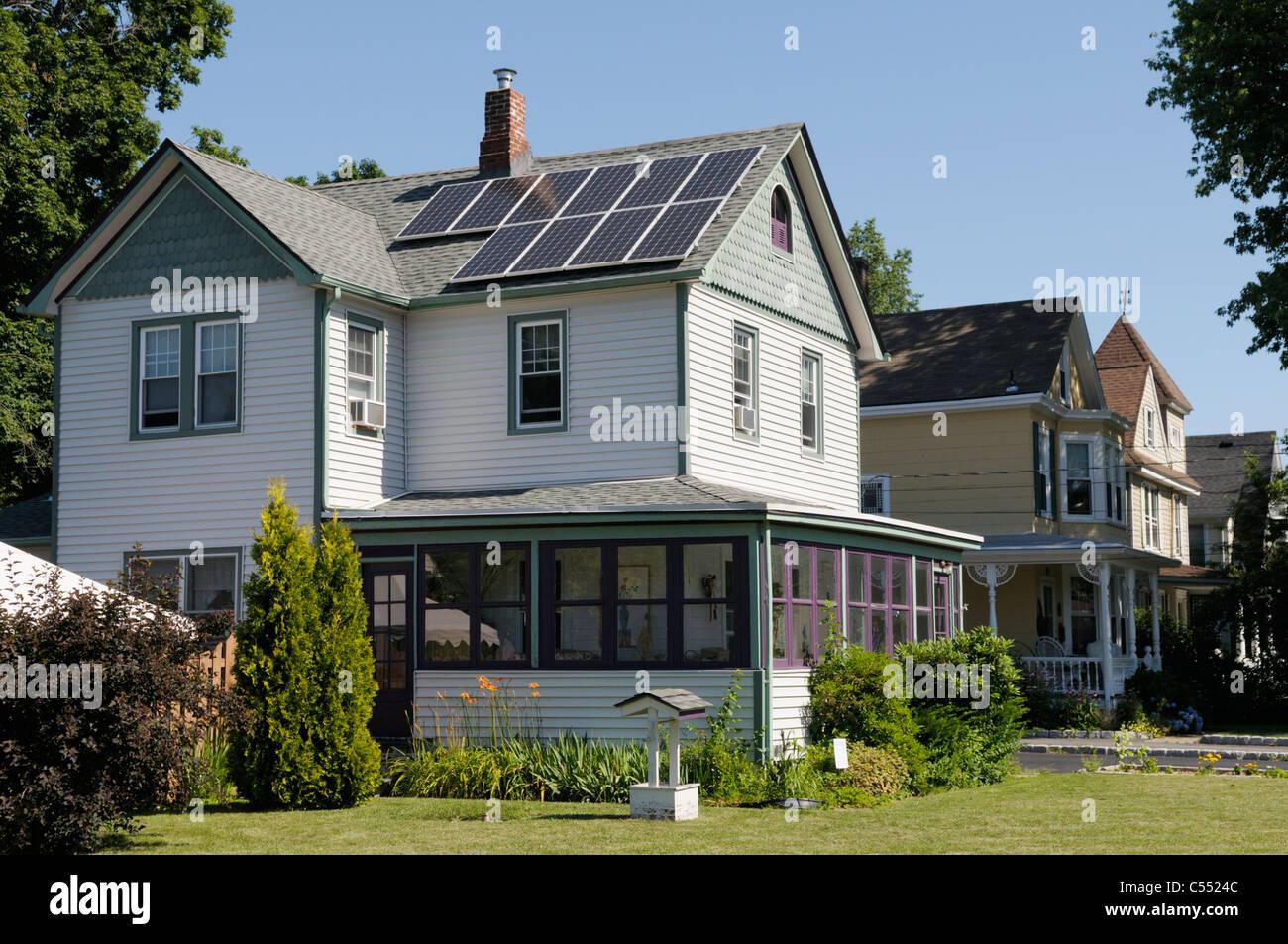 Los paneles solares fotovoltaicos en el techo de la casa Imagen De Stock