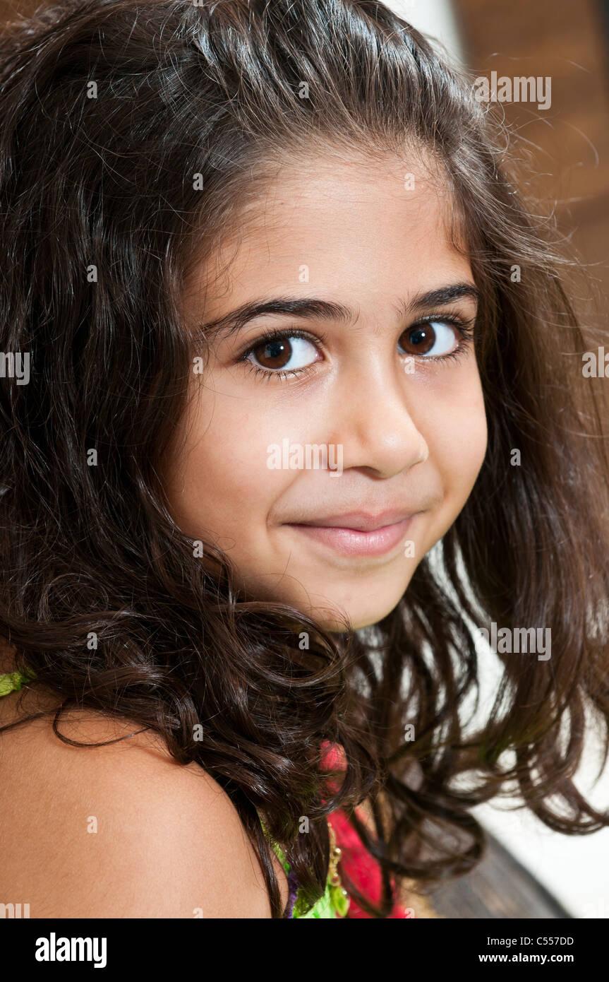 Hermosa chica sonriente de Oriente Medio Imagen De Stock