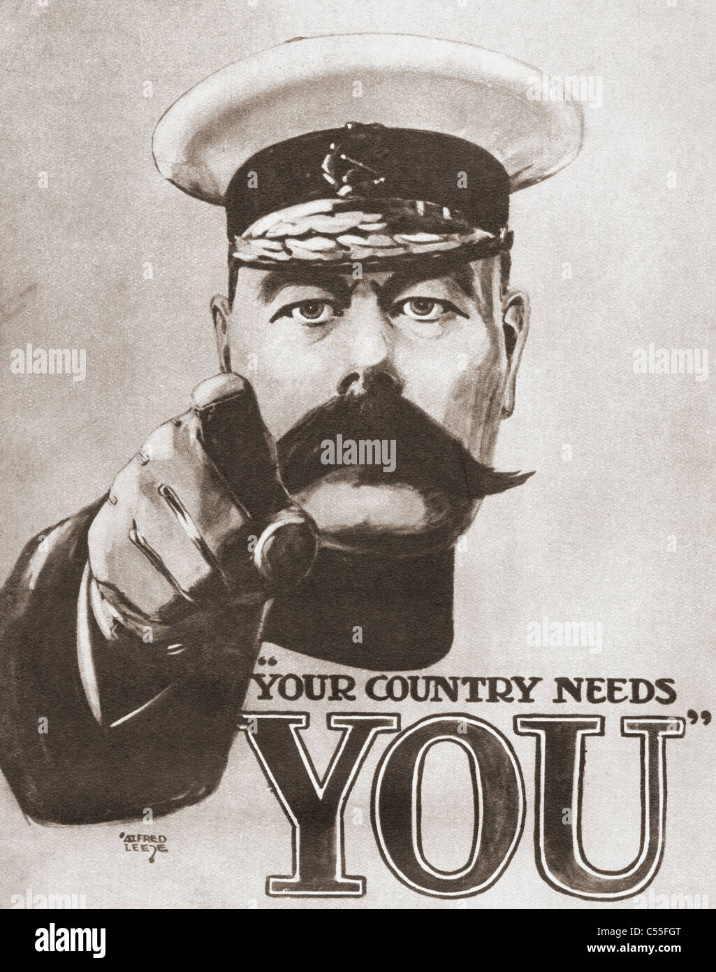 """El póster de reclutamiento de guerra británico de 1914 representando a Lord Kitchener con las palabras """"Tu país Foto de stock"""