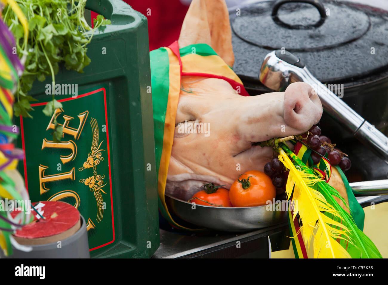 Los Países Bajos, Maastricht, gente disfrutando durante el festival anual de carnaval. Imagen De Stock