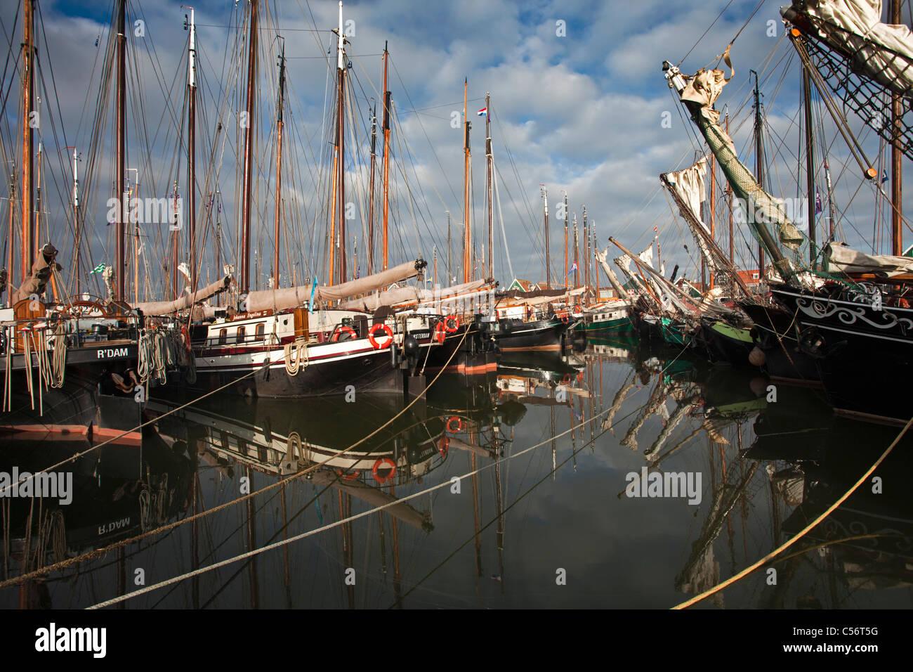 Los Países Bajos, Volendam, tradicionales barcos de vela en el puerto. Imagen De Stock
