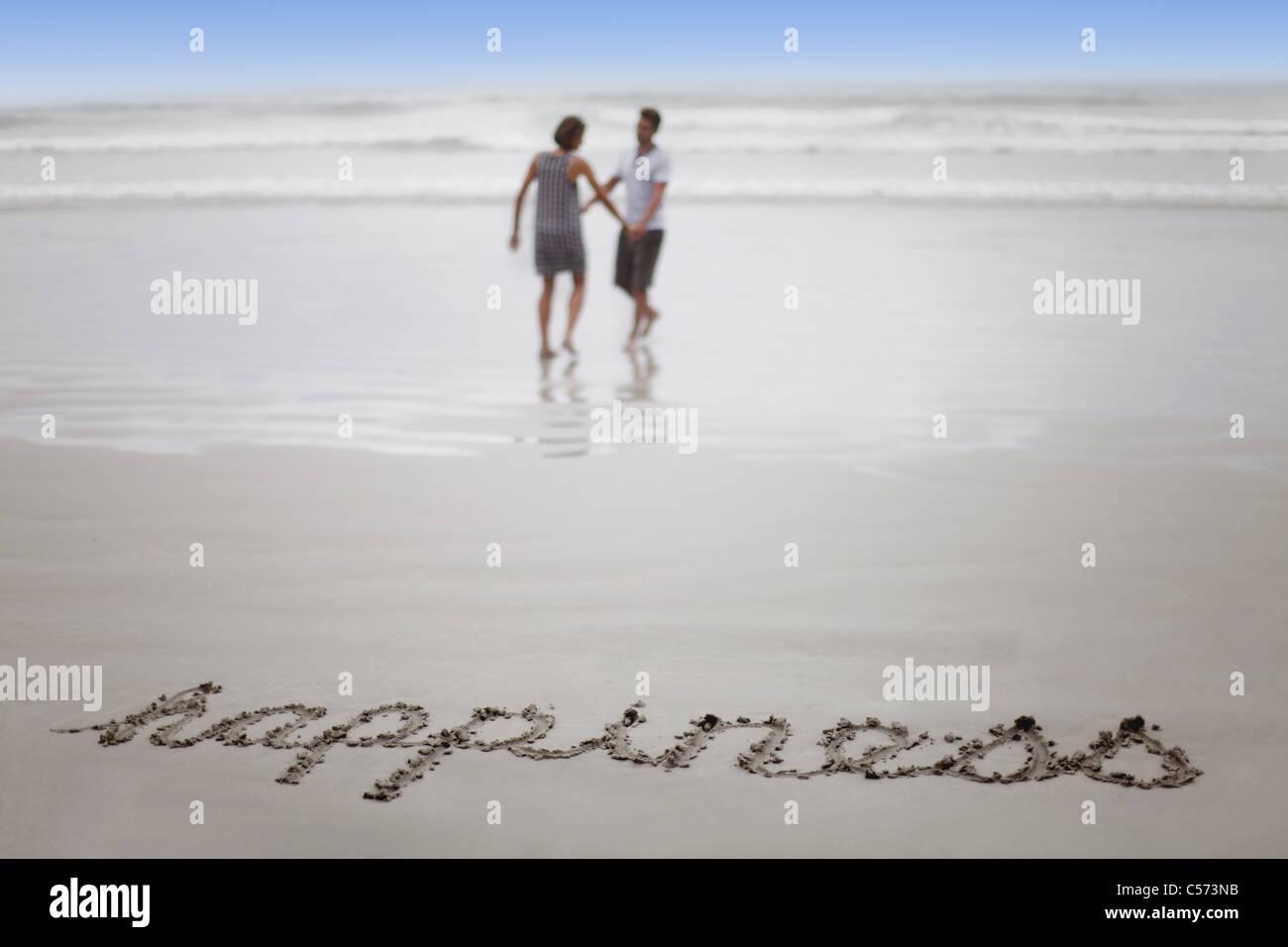 """""""Felicidad"""" en la arena con la pareja en la playa Imagen De Stock"""