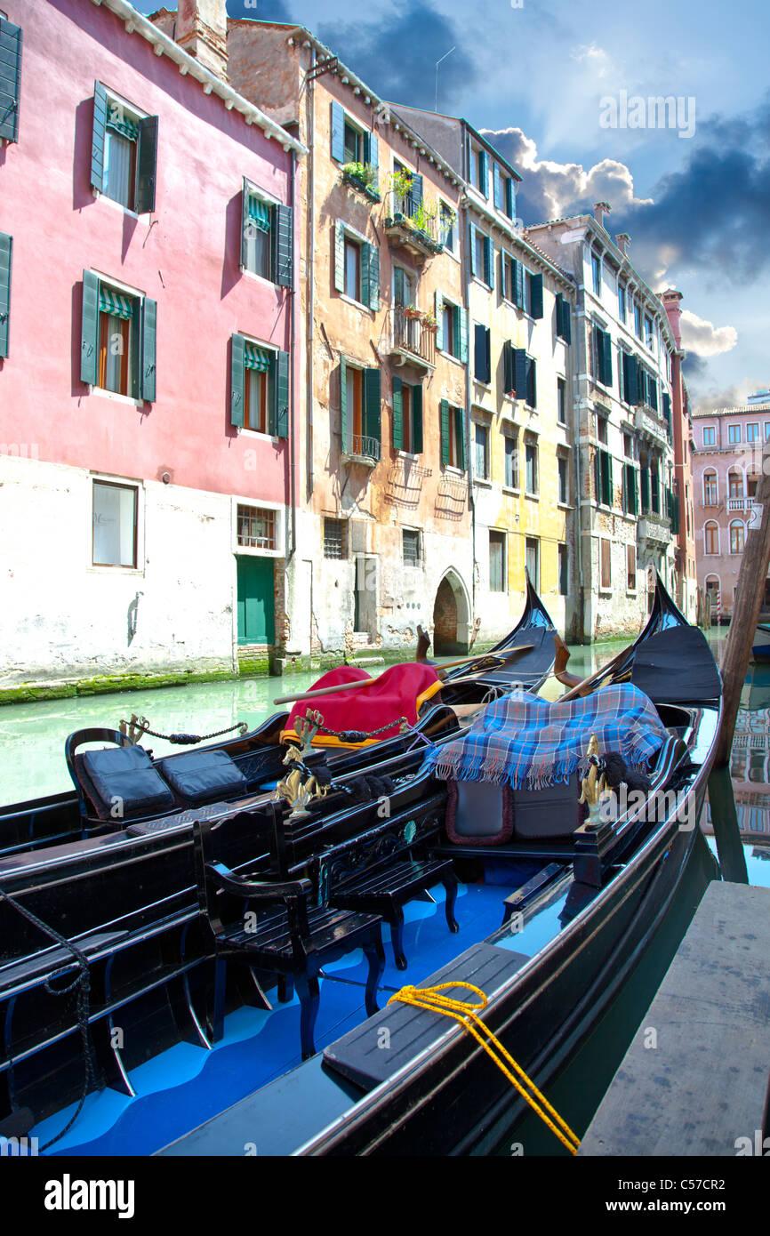 Góndola negra en canal Venecia en Italia Imagen De Stock