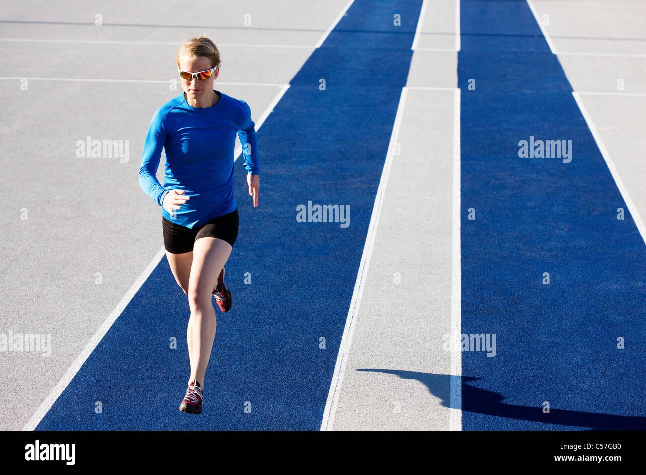 Mujer corriendo en la pista Imagen De Stock