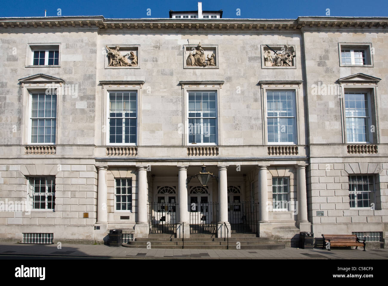 Crown & Lewes County Court (Ex County Hall) High Street, Lewes, East Sussex, Inglaterra, Reino Unido. Foto de stock
