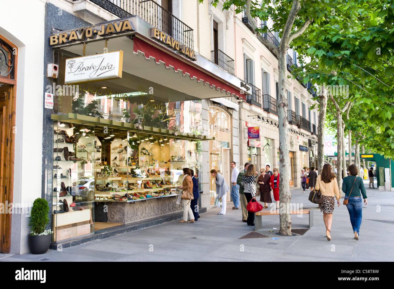 Compras en la Calle de Serrano, en el barrio de Salamanca