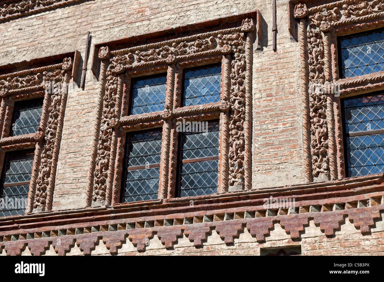 En Aosta, detalles del claustro románico ajimeces (Italia). Dans Aoste, détails des fenêtres à Imagen De Stock