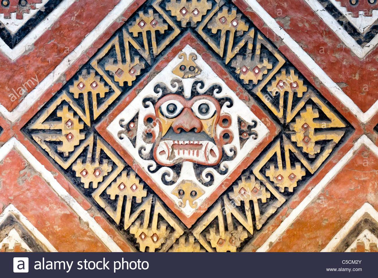 Pintadas frisos en alto relieve en el sitio para el templo Moche Huaca de la Luna, Trujillo, La Libertad, Perú Imagen De Stock