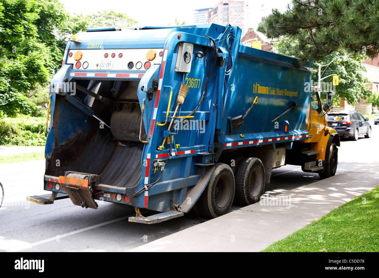 Ciudad de Toronto, la gestión de residuos sólidos denegar el camión de la basura en Ontario, Canadá Imagen De Stock