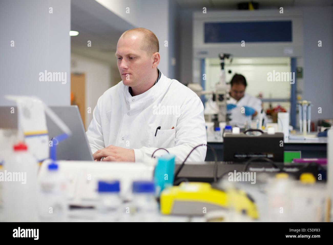 Miércoles, 6 de julio de 2011 en el trabajo técnico de laboratorio en la Universidad Metropolitana de Imagen De Stock