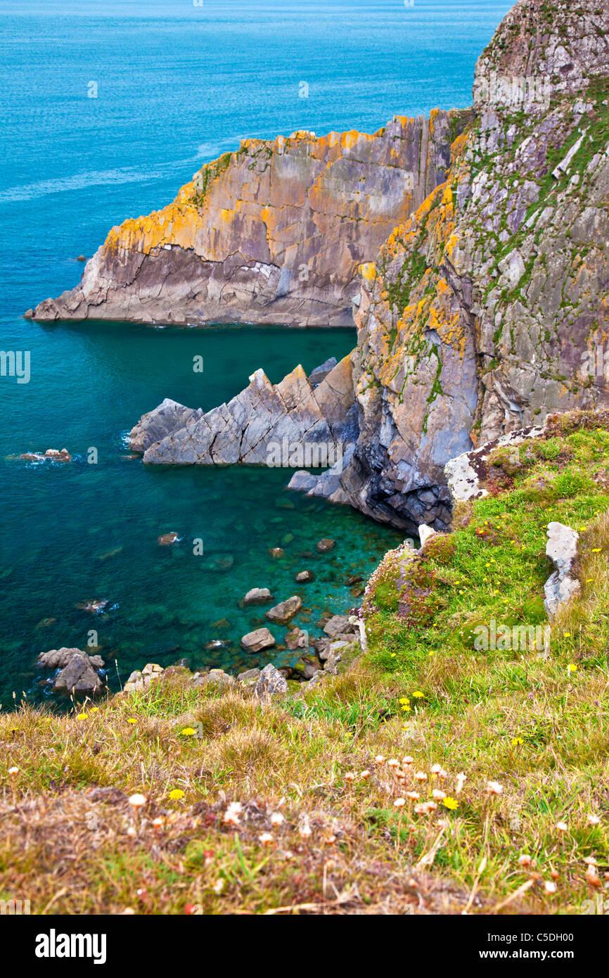 Costas rocosas y acantilados a punto de suelta un promontorio cerca de Croyde, North Devon, Inglaterra, Reino Unido. Imagen De Stock