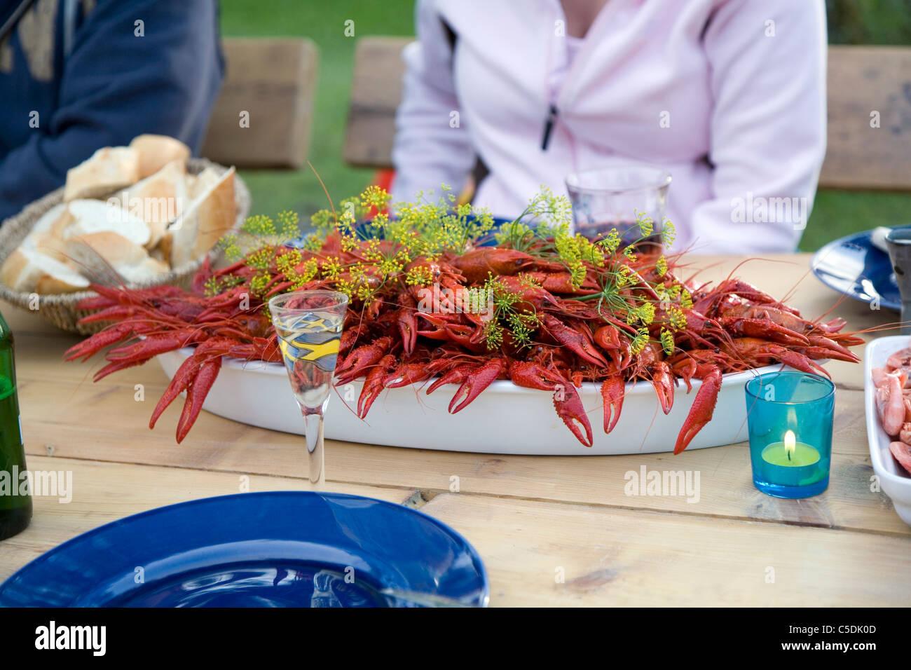 Close-up de recortado a la gente en el cangrejo parte Foto de stock