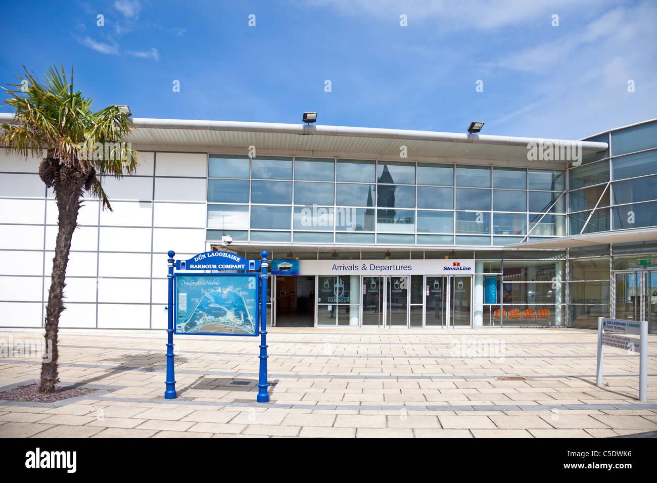 La entrada a la sala de salidas y llegadas de la Stena Line terminal de ferry en Dún Laoghaire, República de Irlanda Foto de stock