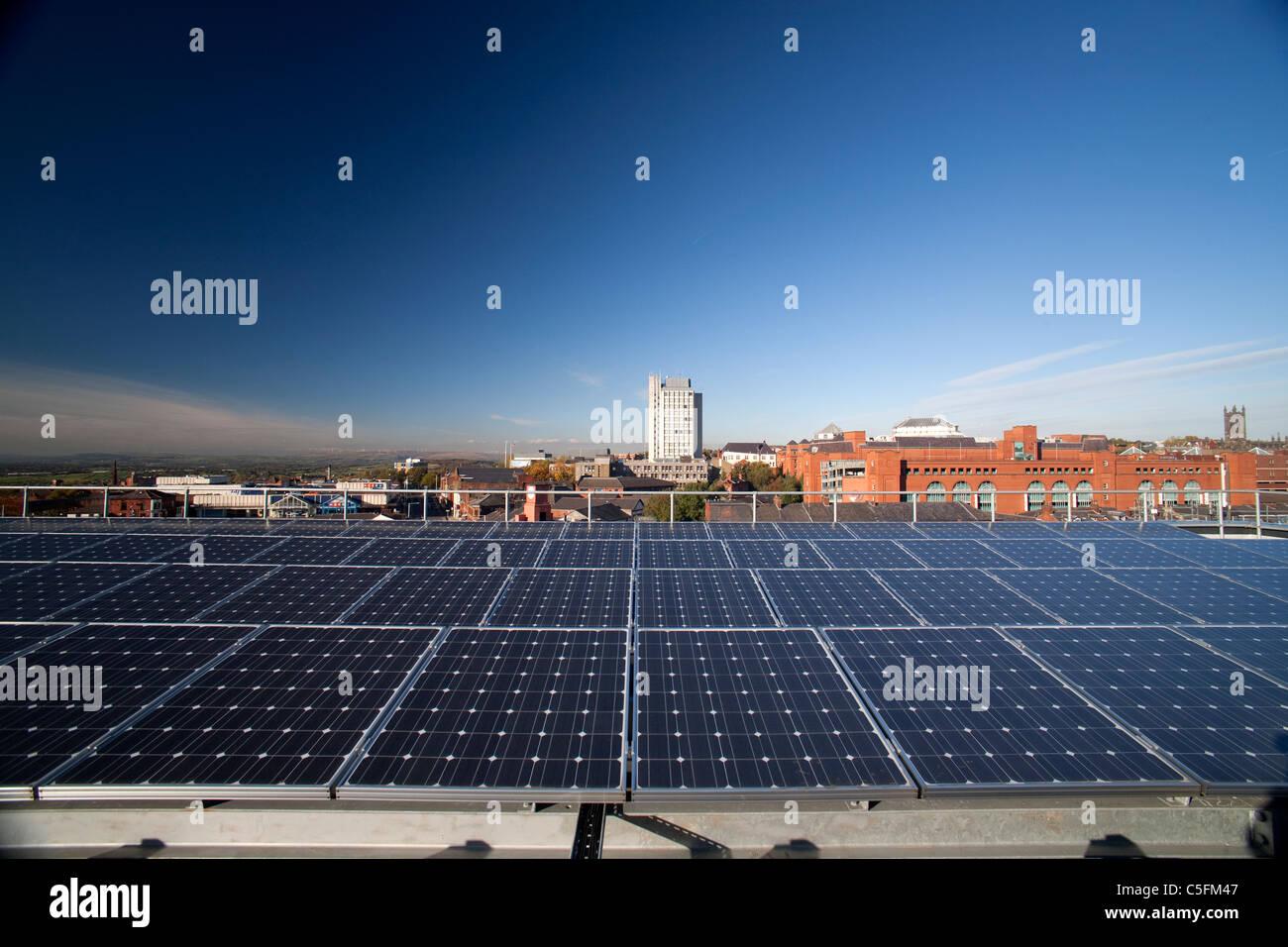 Panel solar en el techo con cielo azul día soleado Imagen De Stock
