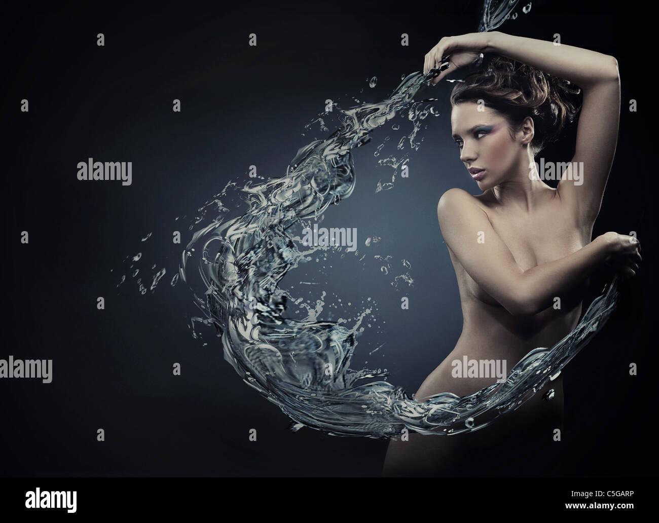 Belleza joven bailando con salpicaduras de agua Imagen De Stock