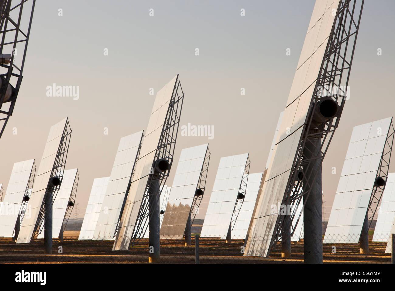 Parte del complejo solar Solúcar Energía, propiedad de Abengoa en Sanlúcar la Mayor, Andalucia, España. Imagen De Stock