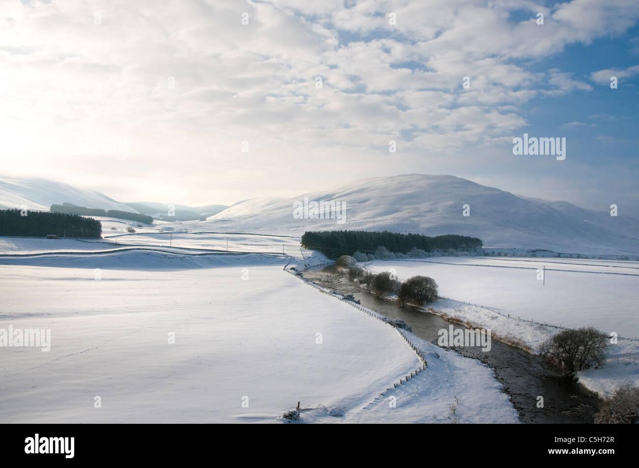 Milenrama blanca y agua Ley Hill en nieve profunda - Scottish Borders Imagen De Stock