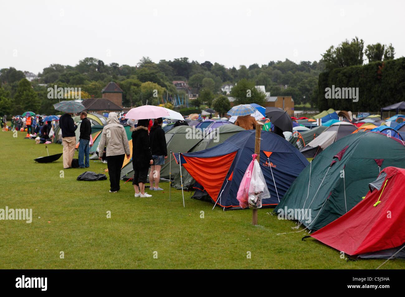 Los aficionados al tenis camping en la lluvia en Wimbledon Common Foto de stock