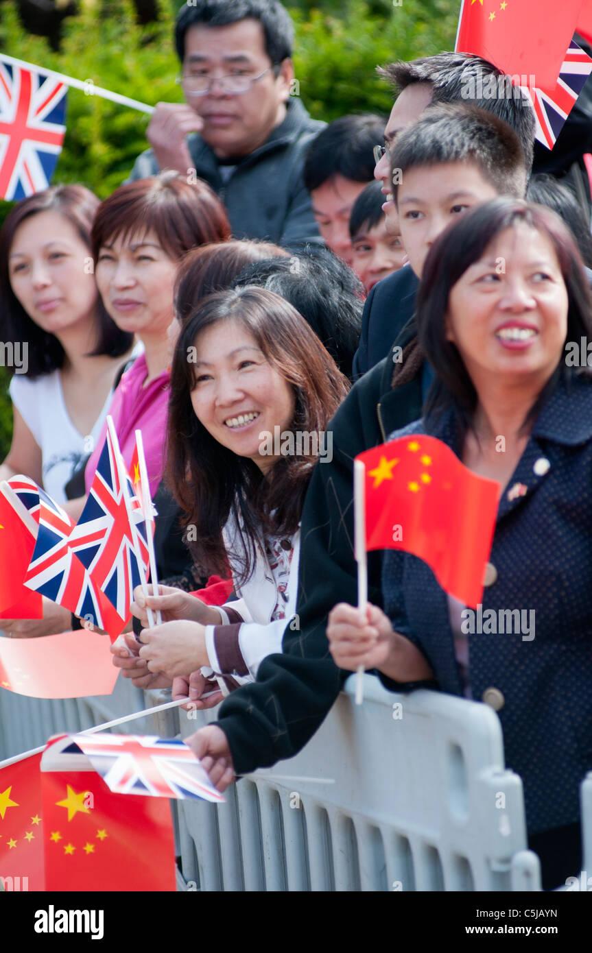 Los chinos que viven en España Bienvenido al Primer Ministro chino en su visita a Stratford Upon Avon en 2011. Imagen De Stock