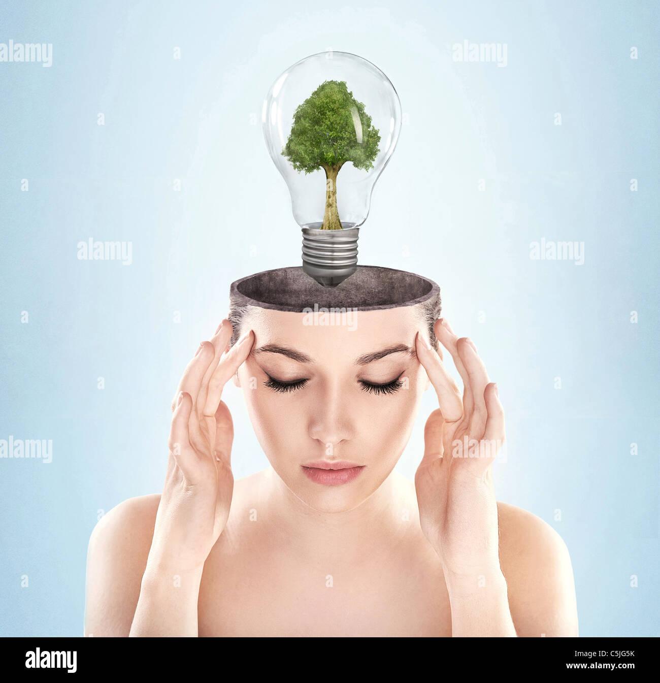Mujer de mente abierta con el símbolo de energía verde Foto de stock