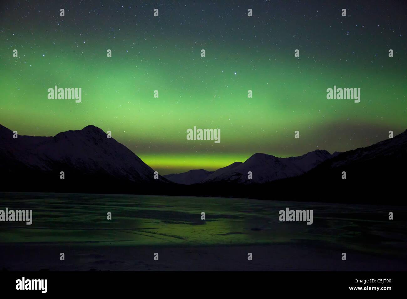 Las luces del norte sobre el lago Trail superior, Alaska. Foto de stock