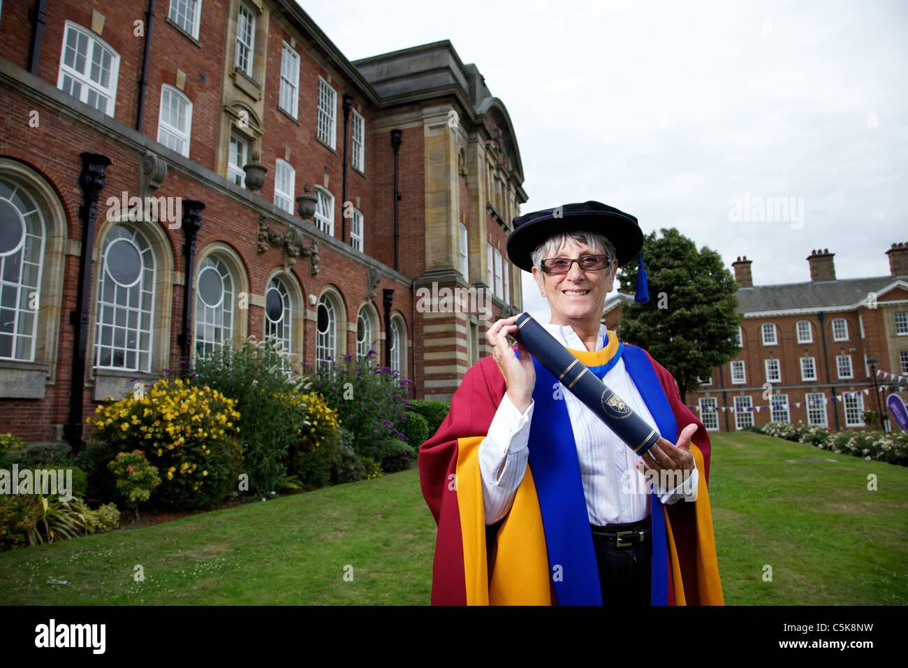 Dorothy Hyman recibe el título de Doctor Honoris Causa en Ciencias del Deporte, premio de Leeds Metropolitan Imagen De Stock