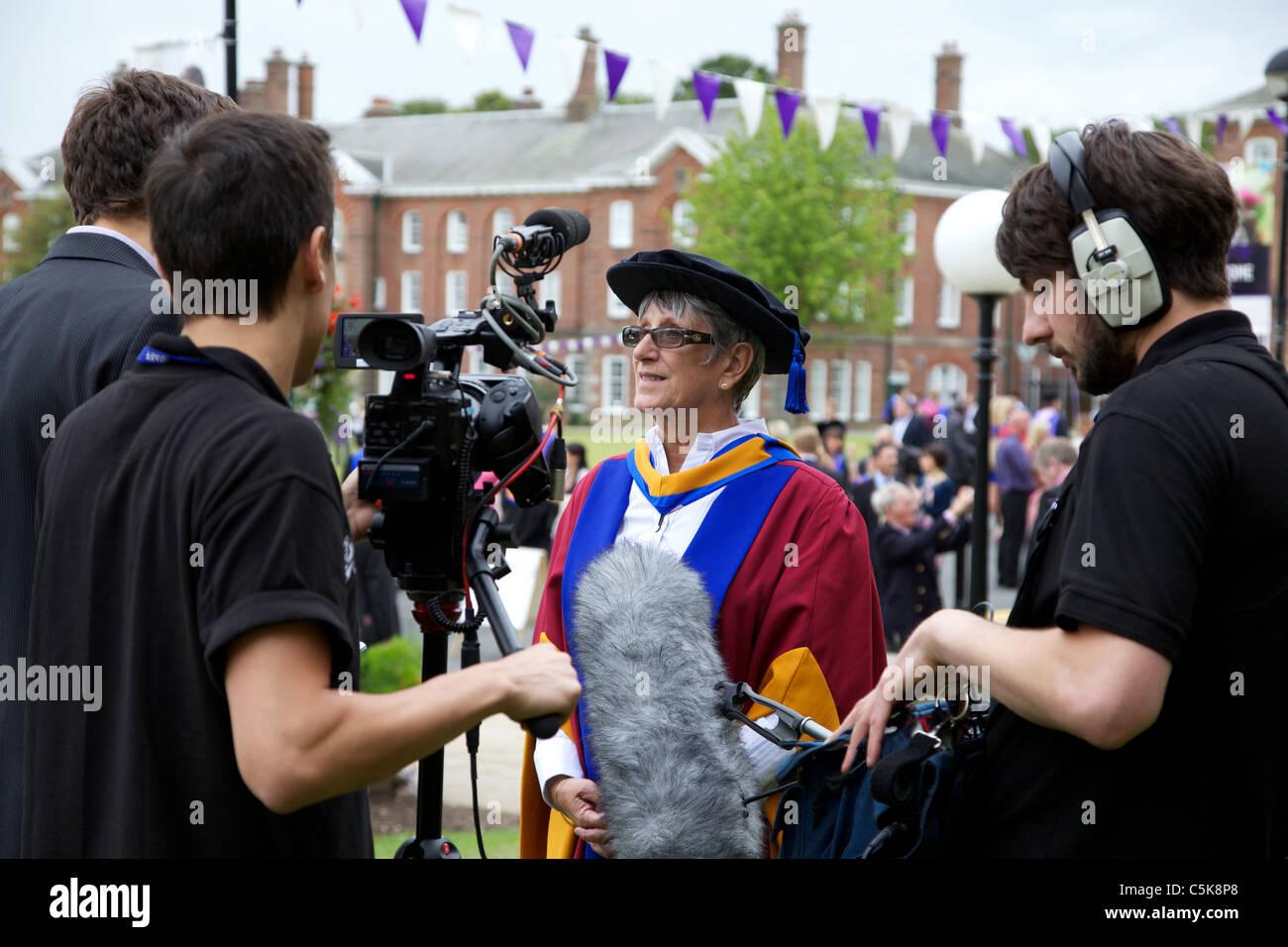 Dorothy Hyman en Leeds Metropolitan University en recibir un doctorado honorario de premio de las Ciencias Deportivas. Imagen De Stock
