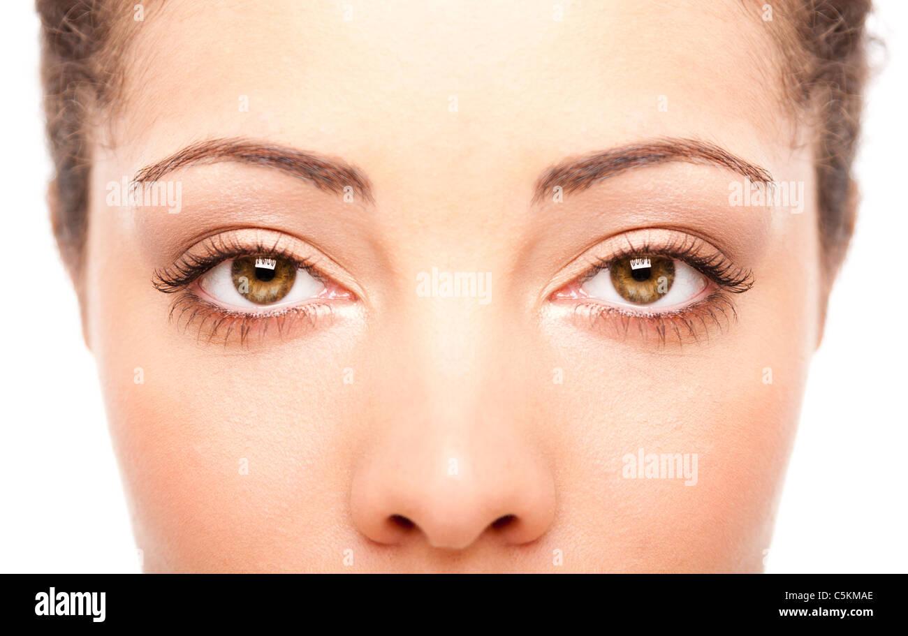 Bellos ojos femeninos como las ventanas del alma en el rostro con la piel blanca, concepto de salud, aislado. Imagen De Stock