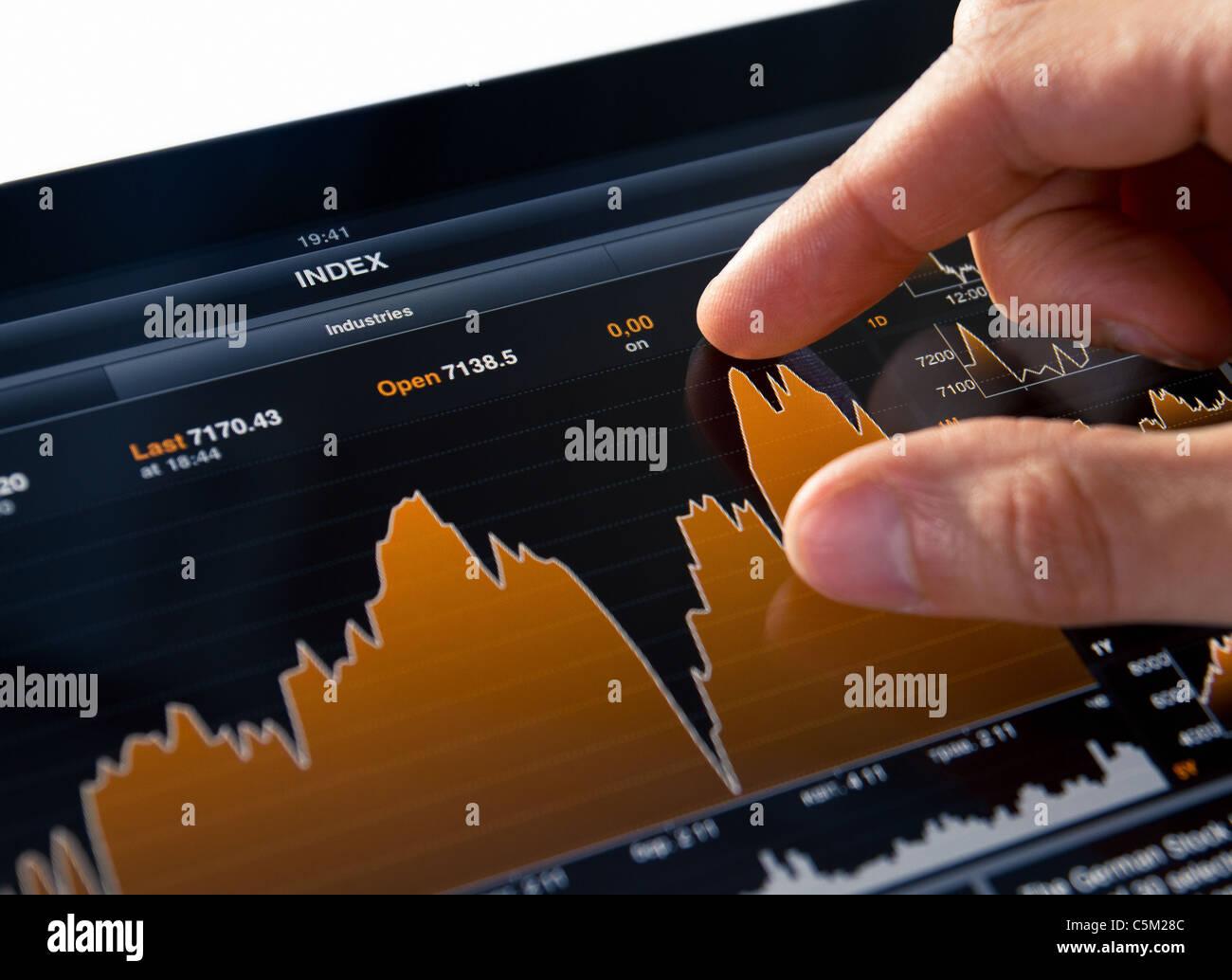 Análisis gráfico de mercado bursátil en Tablet PC Digital Foto de stock