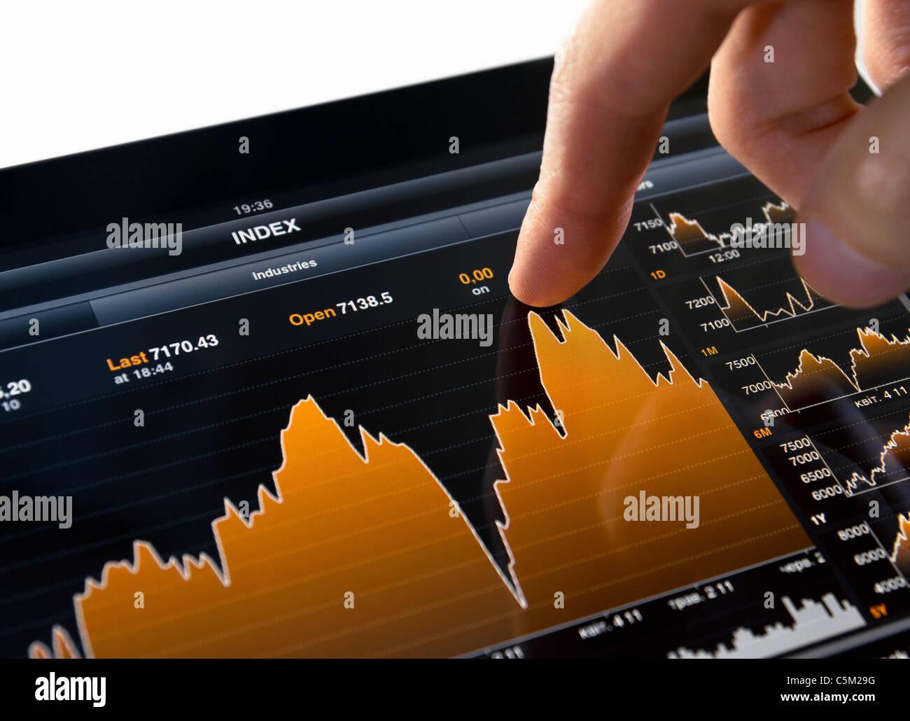 Tocar la Bolsa gráfico en Tablet PC Digital Foto de stock