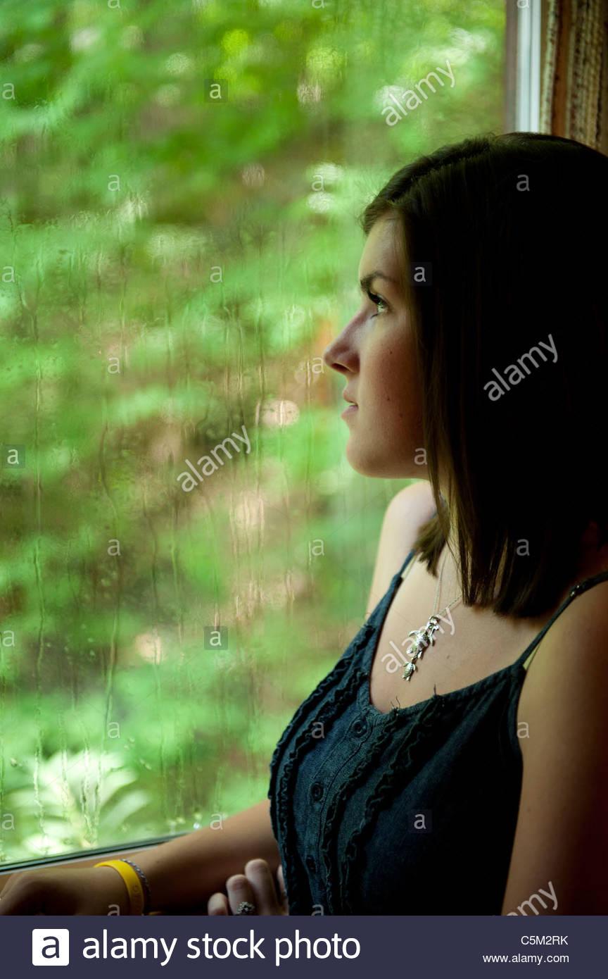 Melancolía chica de ventana de lluvias Imagen De Stock