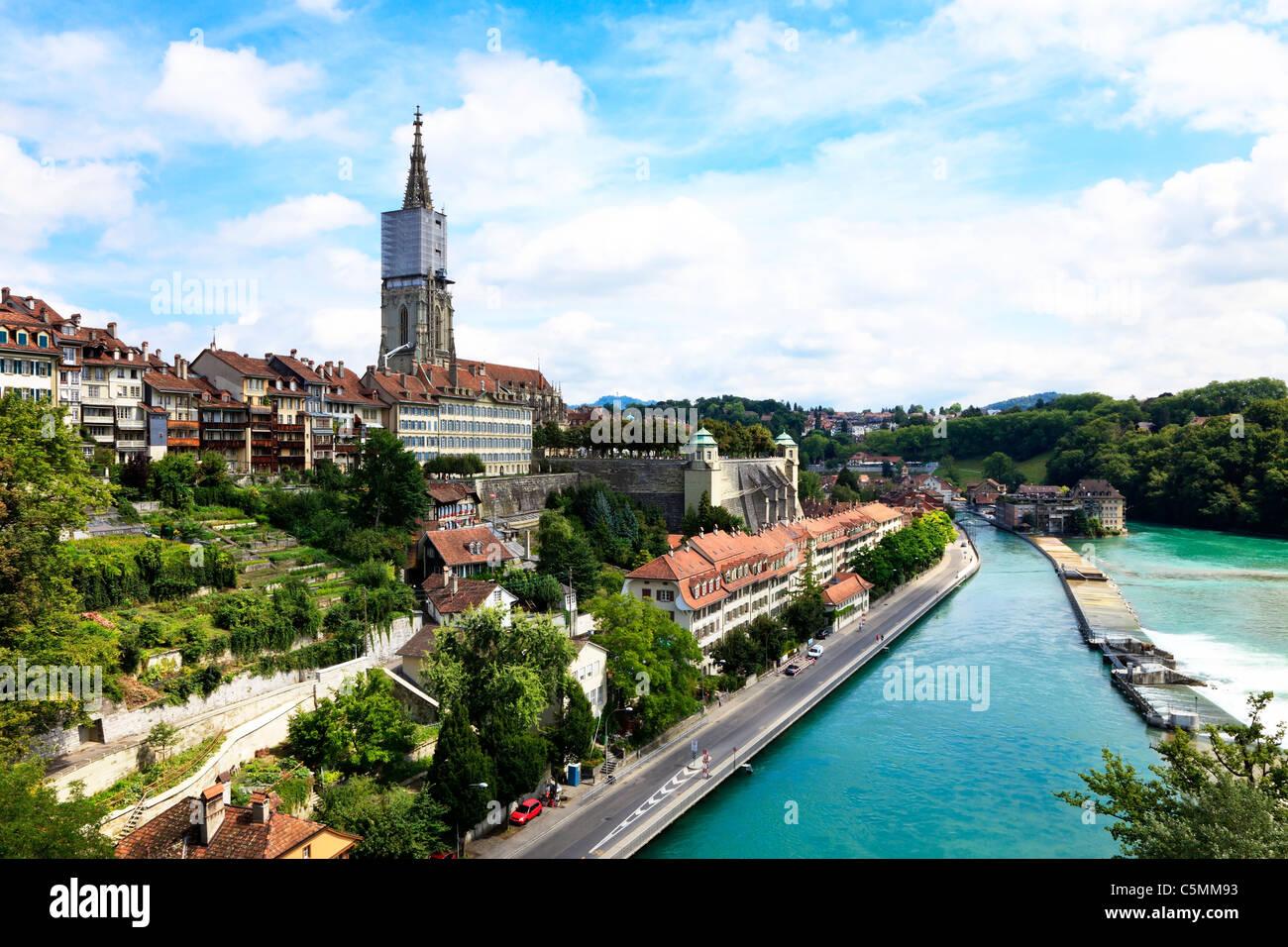 Berna, la capital de Suiza. Panorama con la catedral y el río Aare. Foto de stock