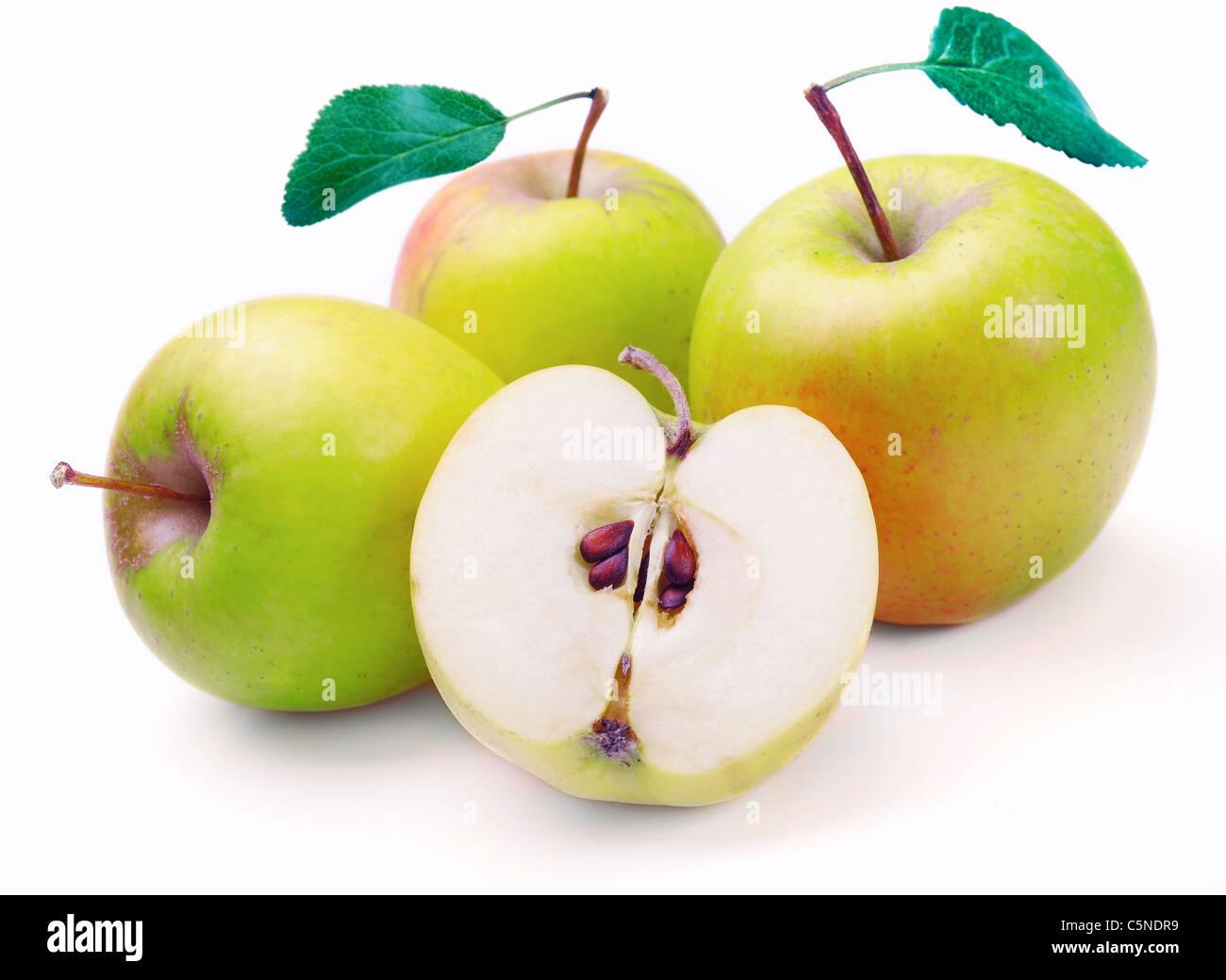 Manzana Verde aislado en el fondo blanco. Imagen De Stock