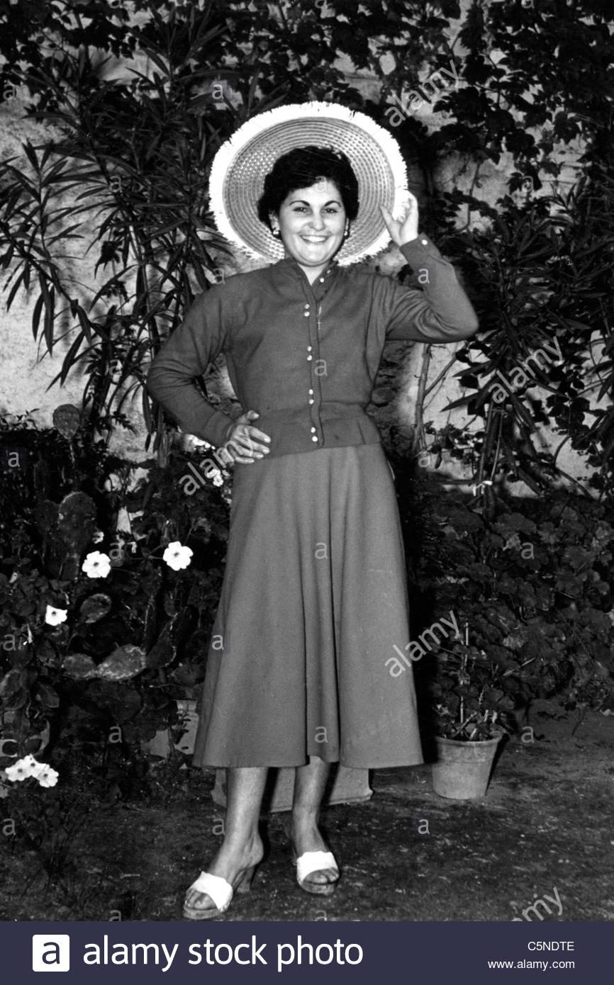 Mujer joven con sombrero de paja, Italia, 50S-60S Imagen De Stock