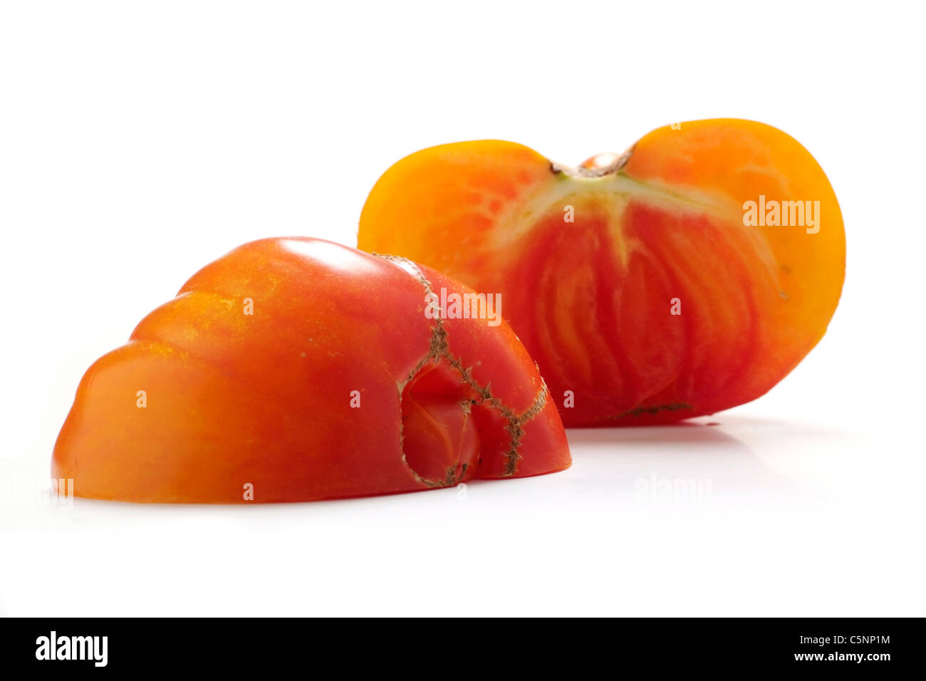 Variedades de tomate: Rainbow, mitades de remolque Foto de stock