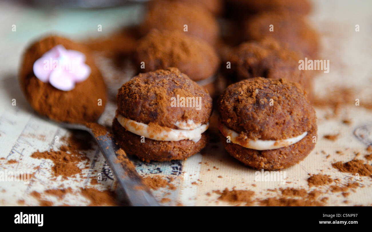Galletas de chocolate rellenas (Baci) Foto de stock
