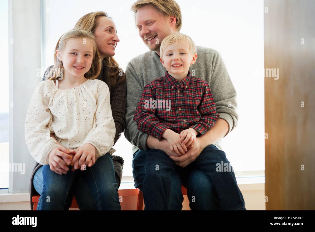 Familia sentada sobre alféizar, Retrato Imagen De Stock