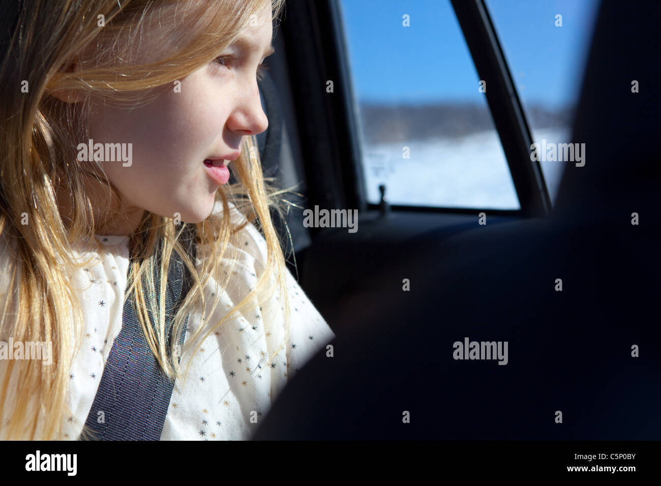 Joven mirando a través de la ventana de coche Imagen De Stock