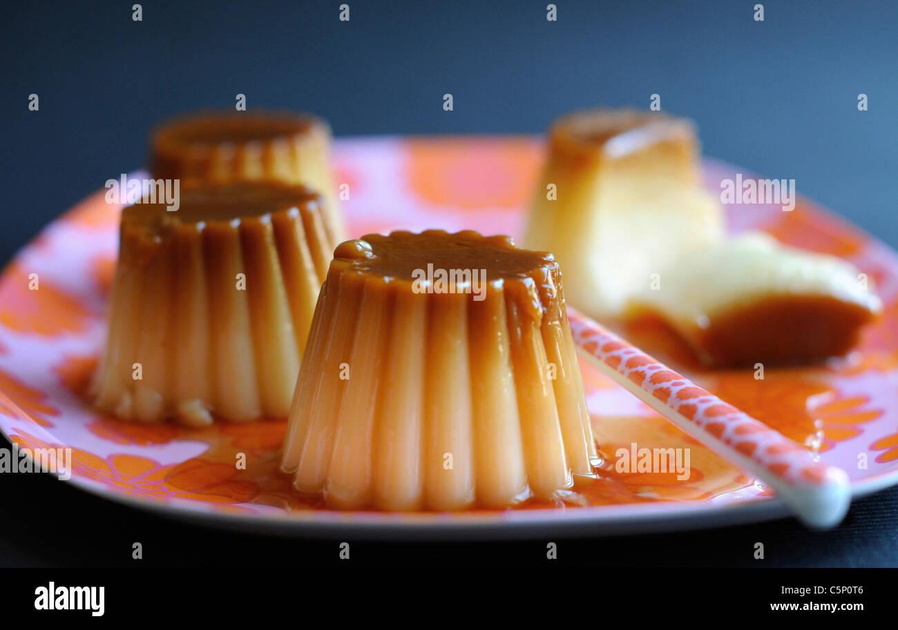 Cream Caramel en una bandeja floreada Imagen De Stock