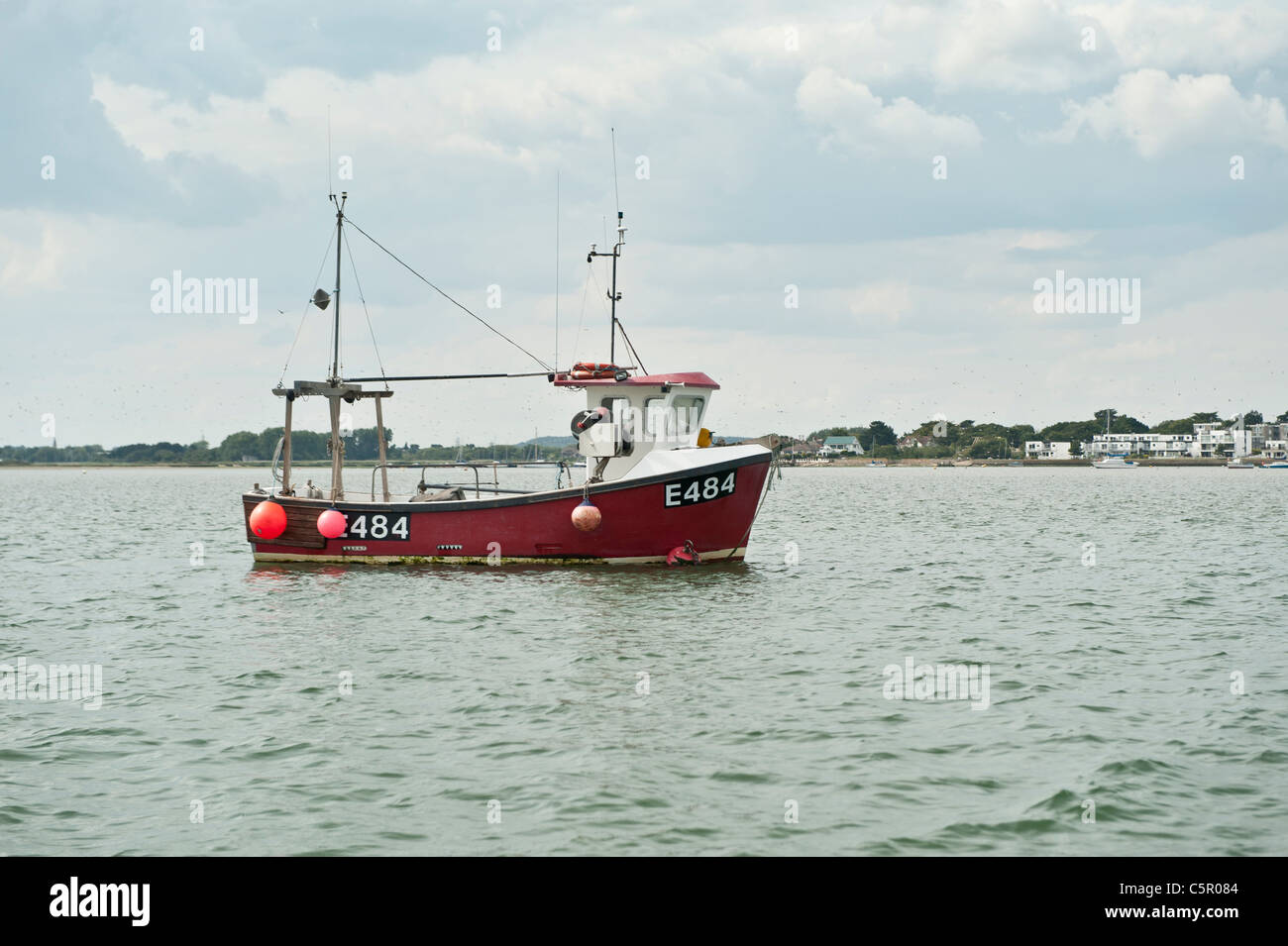 Un barco arrastrero de pesca amarrados en el puerto Christchuch, Dorset, Inglaterra, Reino Unido. Foto de stock