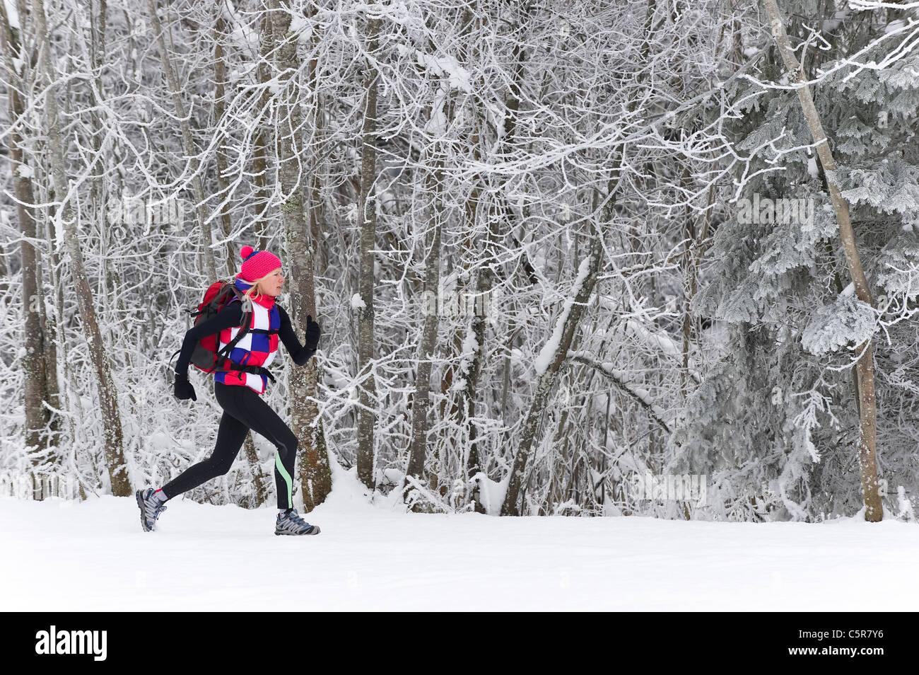 Un corredor que atraviesa un bosque de heladas. Foto de stock