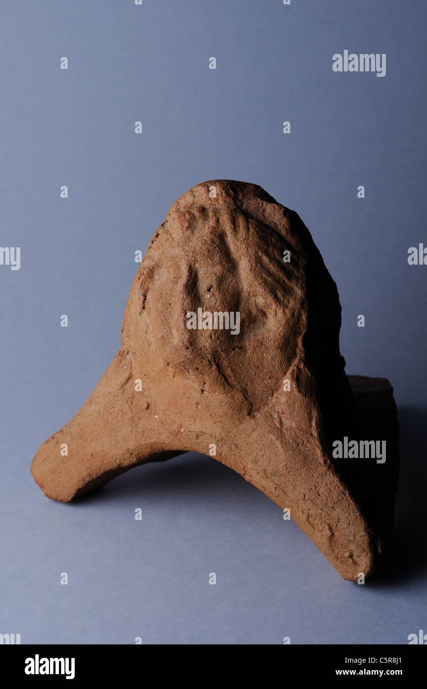 Antefixes de arcilla con mosaico . Período romano en Complutum . España Imagen De Stock