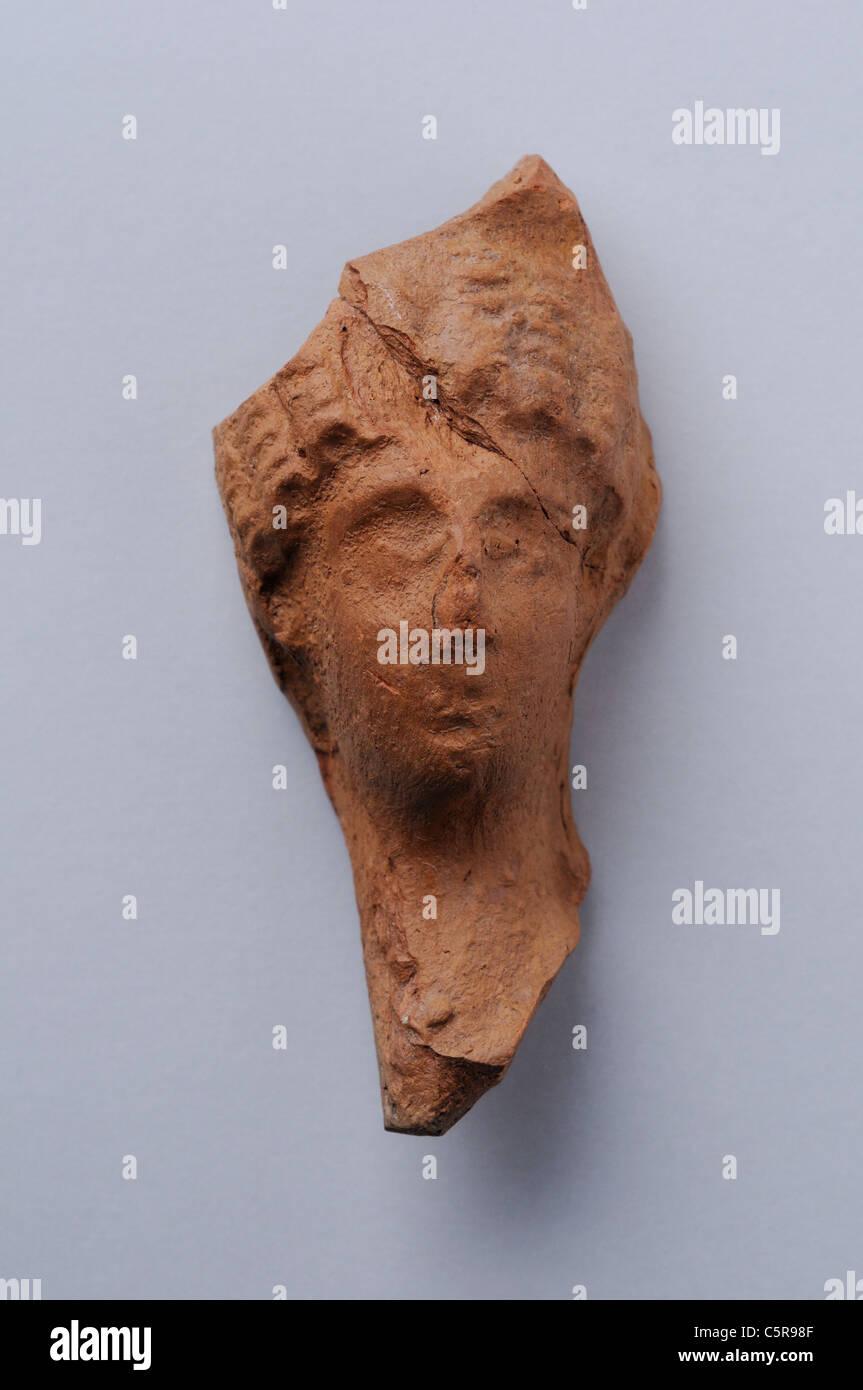 Cabeza femenina de figurillas de terracota romana bucles de peinado. Altura de 6, 7 cm de ancho 3, 1 cm. Período Imagen De Stock