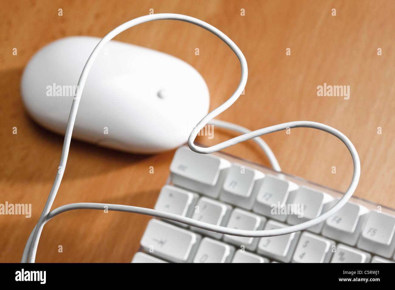 Teclado de ordenador con forma de corazón el cable, vista elevada Imagen De Stock