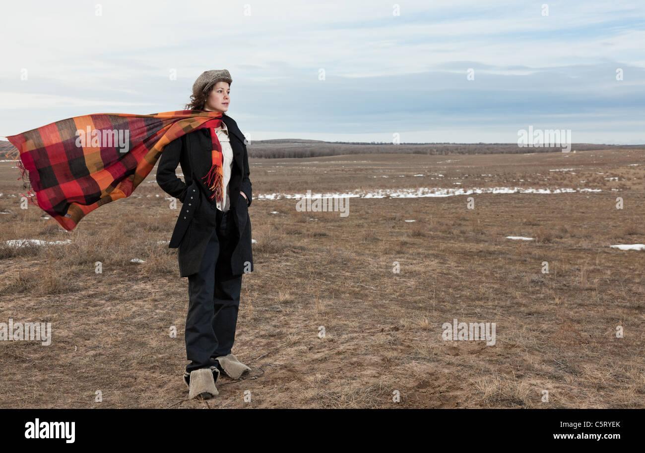 La Chica En Un Abrigo Cuesta Uno En El Campo De La Bufanda Parece Afar Sobre Un Cuello En Ella Fotografia De Stock Alamy
