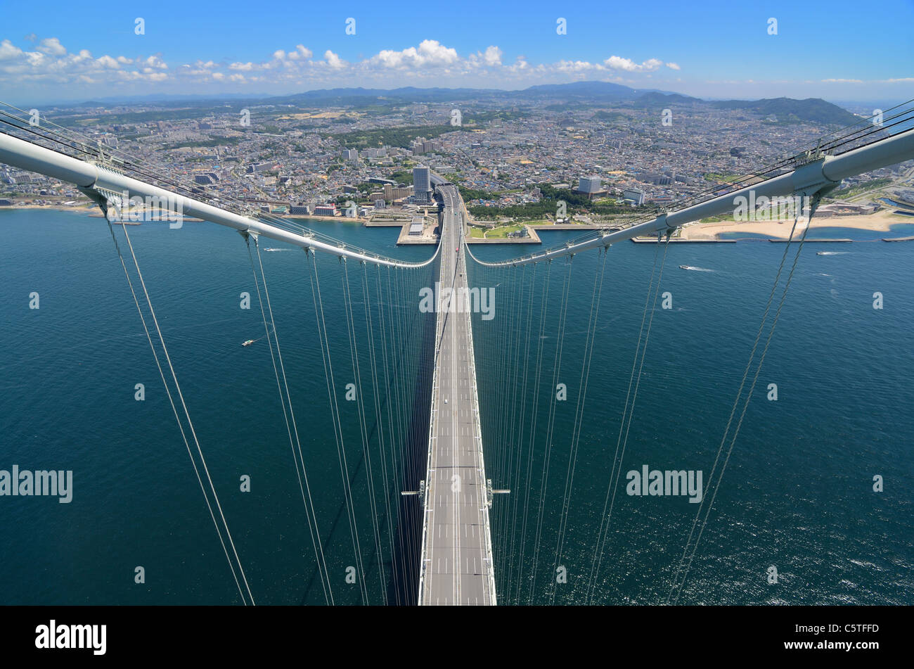 Puente Akashi Kaikyo en Kobe, Japón, visto desde casi 300 metros de altura. Foto de stock
