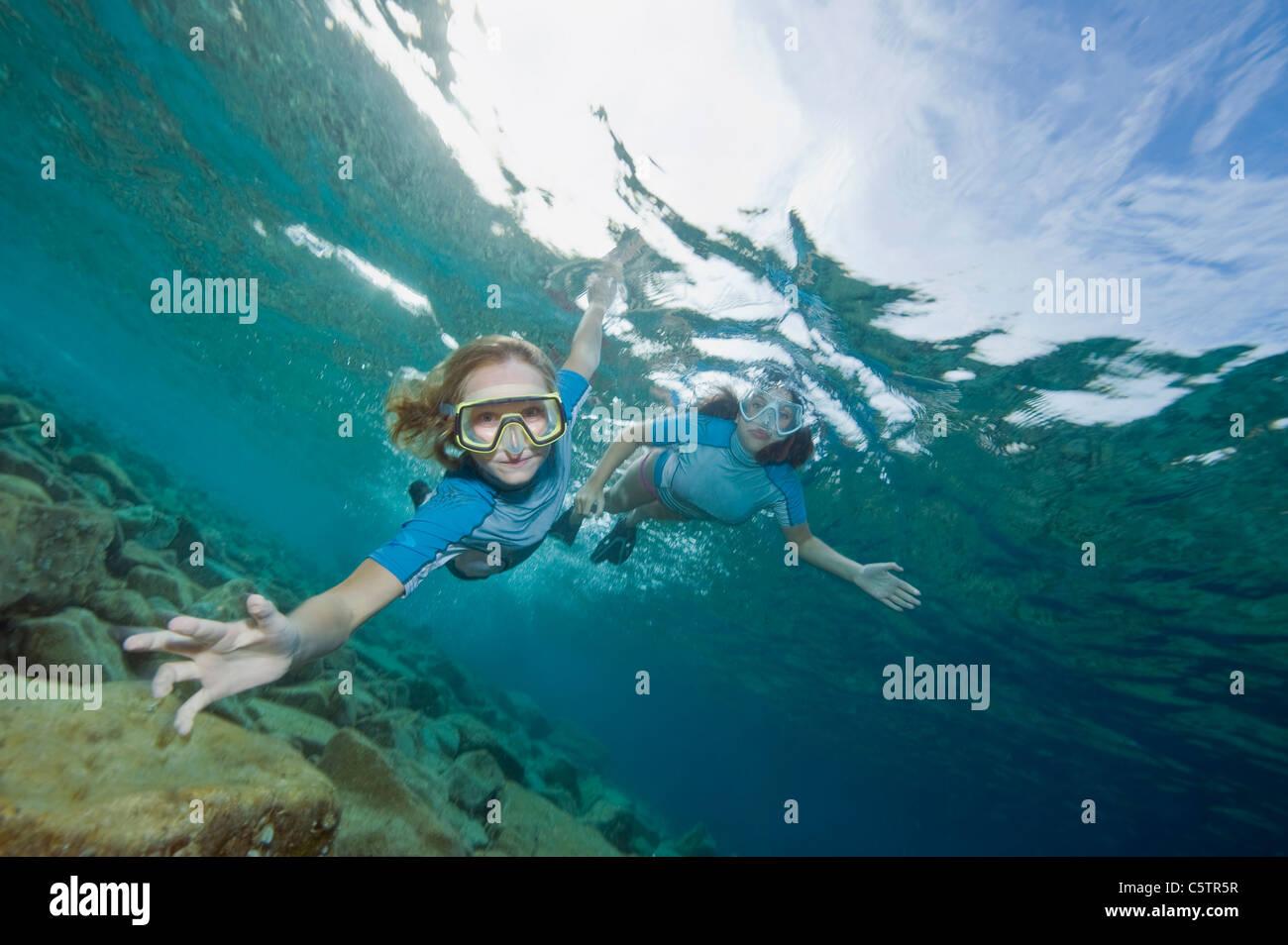 Croacia, dos niñas (6-7), (10-11), snorkeling, Retrato Imagen De Stock