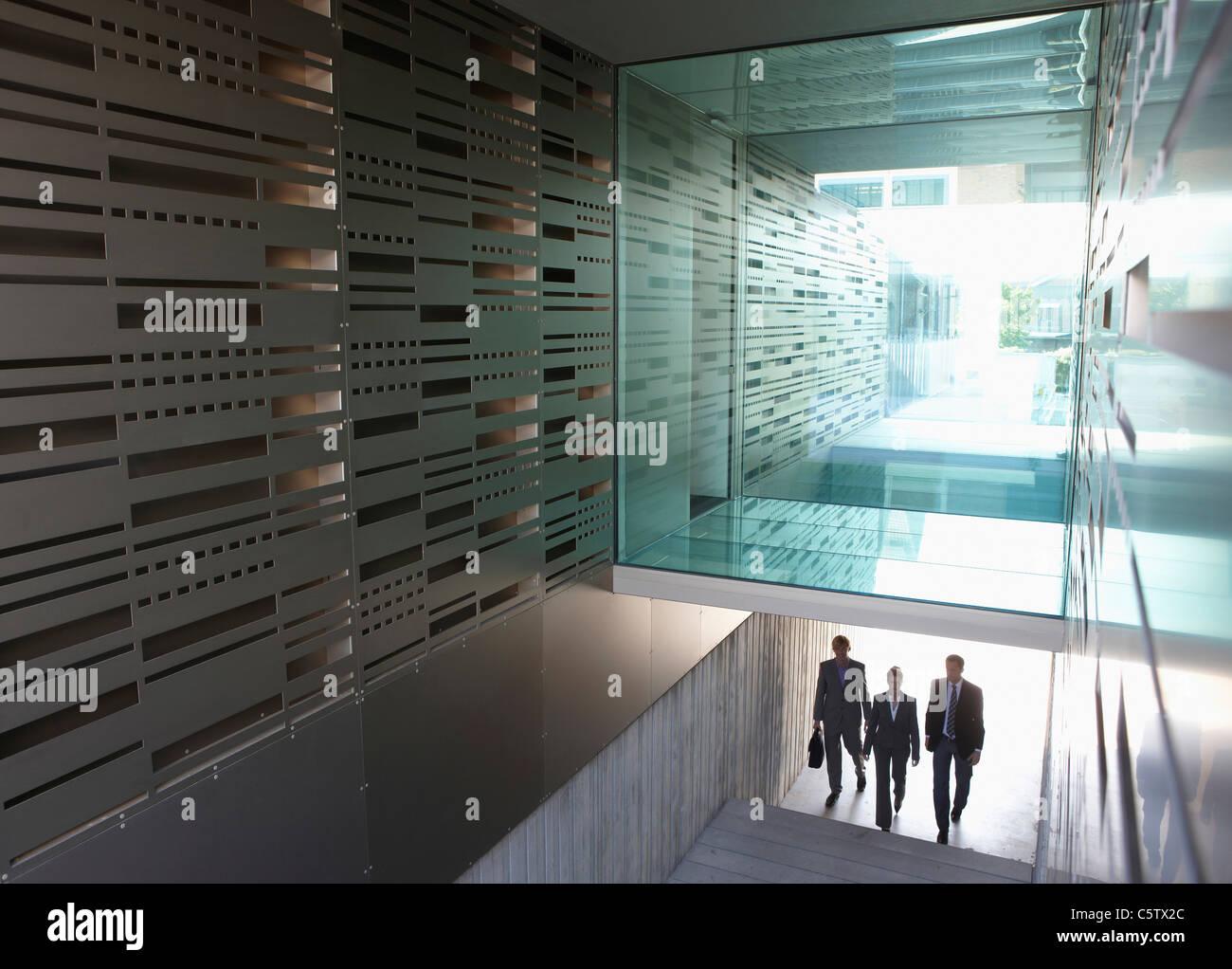 Alemania, Colonia, tres personas de negocios en escalera, vista elevada Imagen De Stock